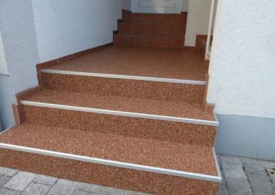 aussentreppe4-braun-steinteppich-fugenlos-naturstein-bodenbelag-fuer-terrasse-kueche-bad-und-wohnzimmer