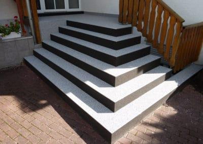 aussentreppe5-grau-schwarz-steinteppich-fugenlos-naturstein-bodenbelag-fuer-terrasse-kueche-bad-und-wohnzimmer