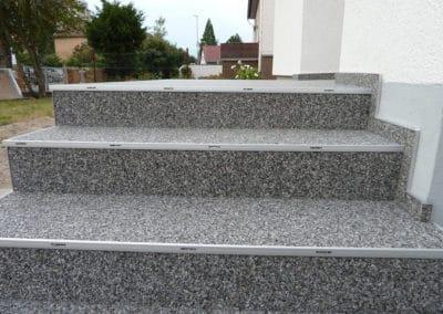 aussentreppe6-grau-steinteppich-fugenlos-naturstein-bodenbelag-fuer-terrasse-kueche-bad-und-wohnzimmer