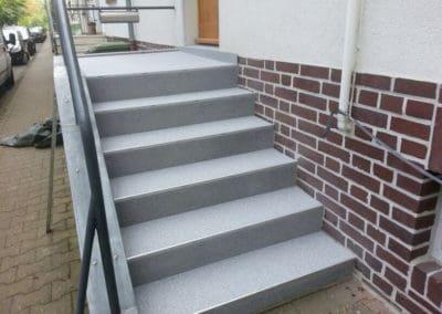 aussentreppe8-grau-steinteppich-fugenlos-naturstein-bodenbelag-fuer-terrasse-kueche-bad-und-wohnzimmer