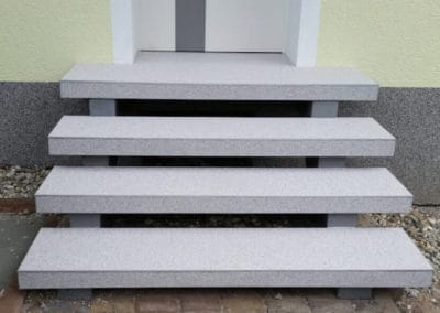 aussentreppe9-grau-steinteppich-fugenlos-naturstein-bodenbelag-fuer-terrasse-kueche-bad-und-wohnzimmer