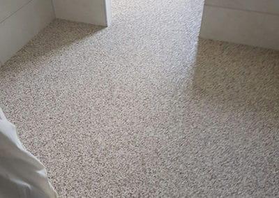 badsanierung-mit-porenfueller3-steinteppich-fugenlos-naturstein-bodenbelag-fuer-terrasse-kueche-bad-und-wohnzimmer