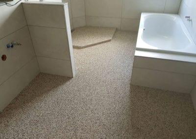 badsanierung-mit-porenfueller5-steinteppich-fugenlos-naturstein-bodenbelag-fuer-terrasse-kueche-bad-und-wohnzimmer