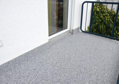 Balkon – Grigio Greco -grau-steinteppich-fugenlos-naturstein-bodenbelag-fuer-terrasse-kueche-bad-und-wohnzimmer