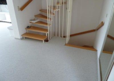 flur4-steinteppich-fugenlos-naturstein-bodenbelag-fuer-terrasse-kueche-bad-und-wohnzimmer