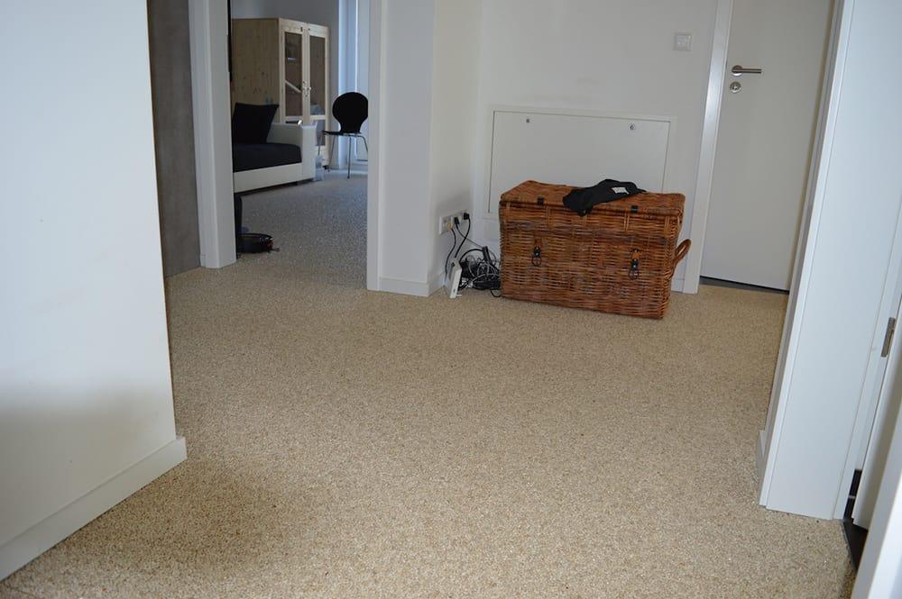 mit steinteppich ein barrierefreier flur fl ssig verlegter natursteinteppich verbindet alle r ume. Black Bedroom Furniture Sets. Home Design Ideas