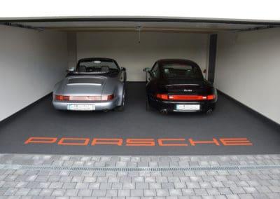 Garage mit Porsche Schriftzug