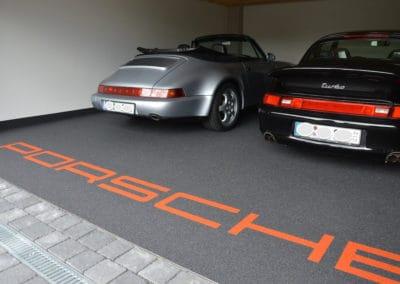 garage-mit-porsche-schriftzug2-steinteppich-fugenlos-naturstein-bodenbelag-fuer-terrasse-kueche-bad-und-wohnzimmer