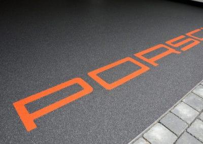 garage-mit-porsche-schriftzug4-steinteppich-fugenlos-naturstein-bodenbelag-fuer-terrasse-kueche-bad-und-wohnzimmer