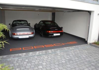 garage-mit-porsche-schriftzug5-steinteppich-fugenlos-naturstein-bodenbelag-fuer-terrasse-kueche-bad-und-wohnzimmer
