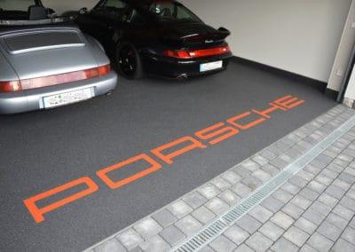 garage-mit-porsche-schriftzug6-steinteppich-fugenlos-naturstein-bodenbelag-fuer-terrasse-kueche-bad-und-wohnzimmer