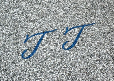 initialen-blau-auf-grau-steinteppich-fugenlos-naturstein-bodenbelag-fuer-terrasse-kueche-bad-und-wohnzimmer