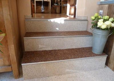 innentreppe1-steinteppich-fugenlos-naturstein-bodenbelag-fuer-terrasse-kueche-bad-und-wohnzimmer
