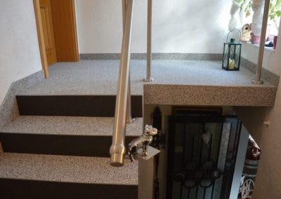 innentreppe2-steinteppich-fugenlos-naturstein-bodenbelag-fuer-terrasse-kueche-bad-und-wohnzimmer