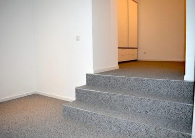 innentreppe3-steinteppich-fugenlos-naturstein-bodenbelag-fuer-terrasse-kueche-bad-und-wohnzimmer