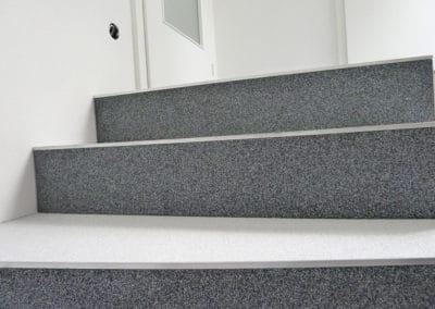 innentreppe6-steinteppich-fugenlos-naturstein-bodenbelag-fuer-terrasse-kueche-bad-und-wohnzimmer
