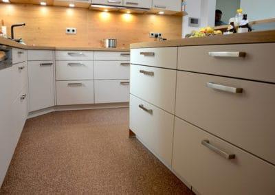 kueche1-steinteppich-fugenlos-naturstein-bodenbelag-fuer-terrasse-kueche-bad-und-wohnzimmer