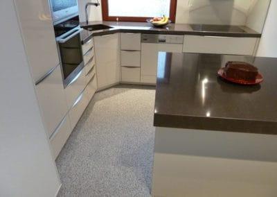 kueche2-steinteppich-fugenlos-naturstein-bodenbelag-fuer-terrasse-kueche-bad-und-wohnzimmer