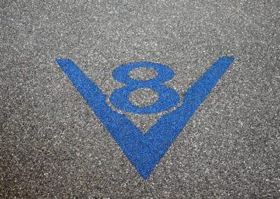 logov8-blau-auf-grau-steinteppich-fugenlos-naturstein-bodenbelag-fuer-terrasse-kueche-bad-und-wohnzimmer