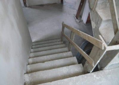 neubau-wohnhaus1-innentreppe1-header-steinteppich-fugenlos-naturstein-bodenbelag-fuer-terrasse-kueche-bad-und-wohnzimmer