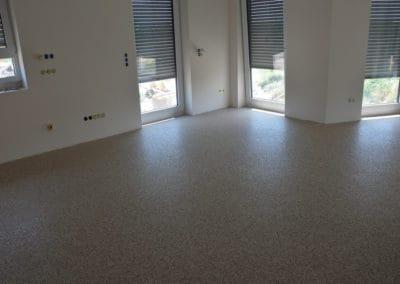 neubau-wohnhaus10-wohnzimmer3-header-steinteppich-fugenlos-naturstein-bodenbelag-fuer-terrasse-kueche-bad-und-wohnzimmer