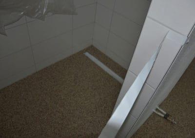 neubau-wohnhaus12-badezimmer1-header-steinteppich-fugenlos-naturstein-bodenbelag-fuer-terrasse-kueche-bad-und-wohnzimmer