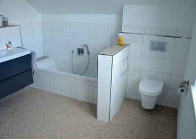neubau-wohnhaus13-badezimmer-header-steinteppich-fugenlos-naturstein-bodenbelag-fuer-terrasse-kueche-bad-und-wohnzimmer