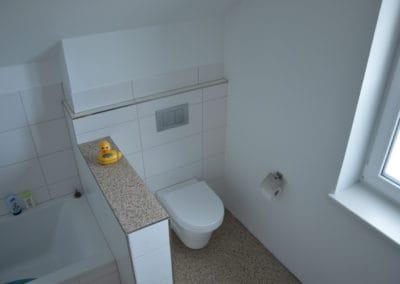 neubau-wohnhaus14-badezimmer2-header-steinteppich-fugenlos-naturstein-bodenbelag-fuer-terrasse-kueche-bad-und-wohnzimmer