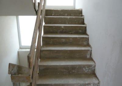 neubau-wohnhaus3-innentreppe2-header-steinteppich-fugenlos-naturstein-bodenbelag-fuer-terrasse-kueche-bad-und-wohnzimmer