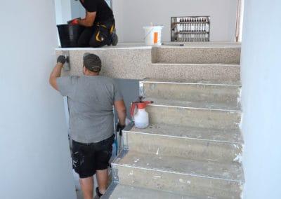 neubau-wohnhaus4-innentreppe3-header-steinteppich-fugenlos-naturstein-bodenbelag-fuer-terrasse-kueche-bad-und-wohnzimmer