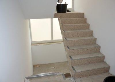 neubau-wohnhaus6-innentreppe-header-steinteppich-fugenlos-naturstein-bodenbelag-fuer-terrasse-kueche-bad-und-wohnzimmer