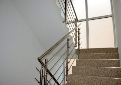 neubau-wohnhaus7-innentreppe5-header-steinteppich-fugenlos-naturstein-bodenbelag-fuer-terrasse-kueche-bad-und-wohnzimmer