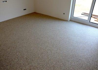 neubau-wohnhaus8-wohnzimmer1-header-steinteppich-fugenlos-naturstein-bodenbelag-fuer-terrasse-kueche-bad-und-wohnzimmer