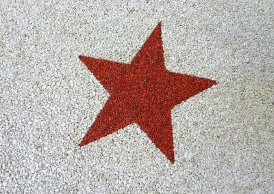 stern-rot-auf-weiss-steinteppich-fugenlos-naturstein-bodenbelag-fuer-terrasse-kueche-bad-und-wohnzimmer