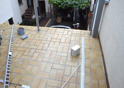 terrasse-mit-bestehendem-fliesenbelag1-steinteppich-fugenlos-naturstein-bodenbelag-fuer-terrasse-kueche-bad-und-wohnzimmer