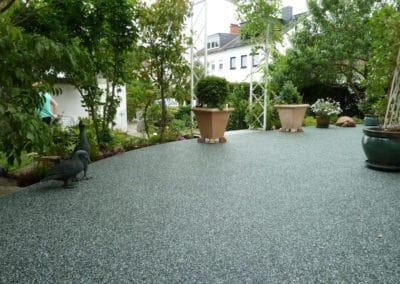 terrasse-mit-gartengrundstueck-nachher1-steinteppich-fugenlos-naturstein-bodenbelag-fuer-terrasse-kueche-bad-und-wohnzimmer