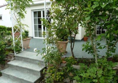 terrasse-mit-gartengrundstueck-nachher5-steinteppich-fugenlos-naturstein-bodenbelag-fuer-terrasse-kueche-bad-und-wohnzimmer