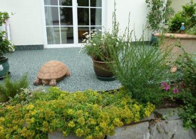 terrasse-mit-gartengrundstueck-nachher6-steinteppich-fugenlos-naturstein-bodenbelag-fuer-terrasse-kueche-bad-und-wohnzimmer