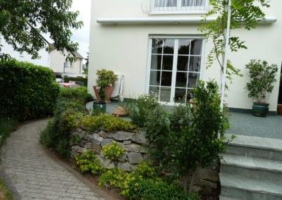 terrasse-mit-gartengrundstueck-nachher7-steinteppich-fugenlos-naturstein-bodenbelag-fuer-terrasse-kueche-bad-und-wohnzimmer
