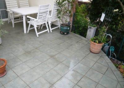 terrasse-mit-gartengrundstueck-vorher3-steinteppich-fugenlos-naturstein-bodenbelag-fuer-terrasse-kueche-bad-und-wohnzimmer