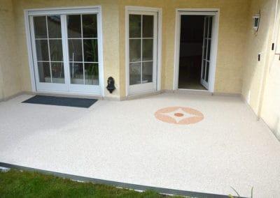 terrasse6-beige-steinteppich-fugenlos-naturstein-bodenbelag-fuer-terrasse-kueche-bad-und-wohnzimmer