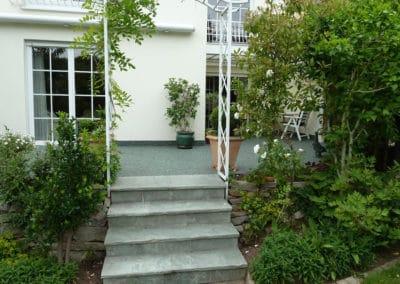 terrasse7-gruen-steinteppich-fugenlos-naturstein-bodenbelag-fuer-terrasse-kueche-bad-und-wohnzimmer