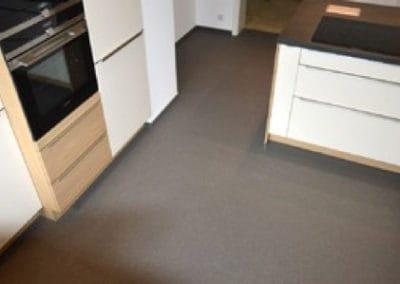 traumkueche-kuechenmontage2-steinteppich-fugenlos-naturstein-bodenbelag-fuer-terrasse-kueche-bad-und-wohnzimmer