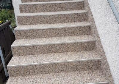 treppenaufgang-aussen1-steinteppich-fugenlos-naturstein-bodenbelag-fuer-terrasse-kueche-bad-und-wohnzimmer