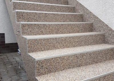 treppenaufgang-aussen4-steinteppich-fugenlos-naturstein-bodenbelag-fuer-terrasse-kueche-bad-und-wohnzimmer