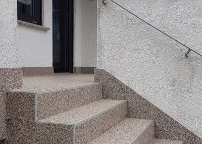 treppenaufgang-aussen6-steinteppich-fugenlos-naturstein-bodenbelag-fuer-terrasse-kueche-bad-und-wohnzimmer