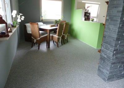 wohnbereich3-grau-steinteppich-fugenlos-naturstein-bodenbelag-fuer-terrasse-kueche-bad-und-wohnzimmer