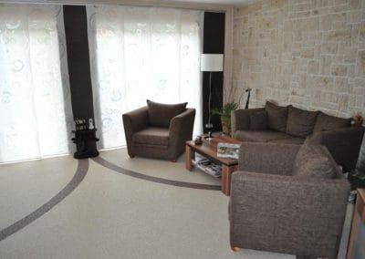 wohnbereich5-braun-beige-steinteppich-fugenlos-naturstein-bodenbelag-fuer-terrasse-kueche-bad-und-wohnzimmer