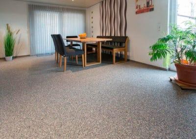 wohnbereich7-hellbraun-steinteppich-fugenlos-naturstein-bodenbelag-fuer-terrasse-kueche-bad-und-wohnzimmer